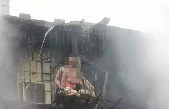 大火中防盗窗困住一家3口!母亲以身挡火护住4岁女儿